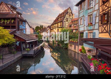 Ville de Colmar. Cityscape de droit du centre-ville de Colmar, France pendant le lever du soleil. Banque D'Images