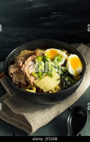 Porc nouilles Ramen japonais faits maison avec des Œufs et des algues Banque D'Images