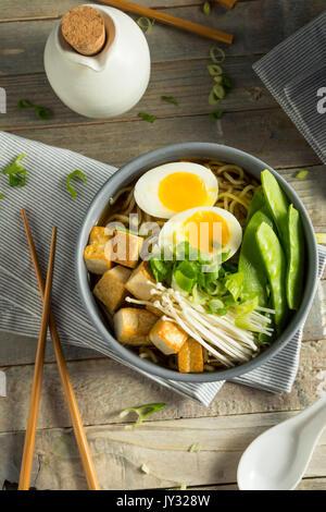 Tofu Vegan japonais faits maison nouilles Ramen avec oeuf et champignons Banque D'Images