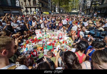 Barcelone, Espagne. 18 août, 2017. De nombreuses personnes ont recueilli où les fleurs et les bougies sont mis sur le sol près du Las Ramblas à Barcelone, Espagne, le 18 août 2017. Un jour avant un camion dans un groupe de personnes à Las Ramblas. Plusieurs personnes ont été tuées et plusieurs blessées lors de l'attentat de jeudi. Photo: Matthias Balk/dpa/Alamy Live News