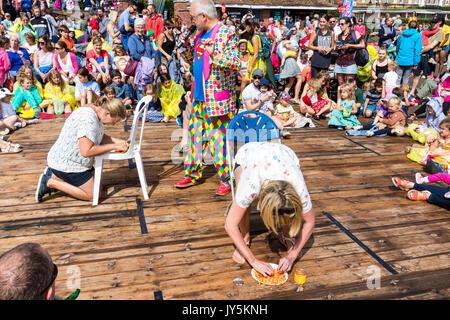 Deux femmes assises sur le pont d'essayer d'organiser l'alphabet à partir de boîtes de spaghetti, que l'hôte Mick Banque D'Images