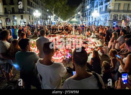 Barcelone, Espagne. Août 19, 2017. De nombreuses personnes se sont rassemblées autour d'un cercle de visée des bougies et des fleurs sur la promenade de Las Ramblas à Barcelone, Espagne, le 19 août 2017. Le 17 août un camion dans un groupe de personnes sur la promenade. Treize personnes ont été tuées et plus de 100 blessés au cours de l'attentat de jeudi. Photo: Matthias Balk/dpa/Alamy Live News
