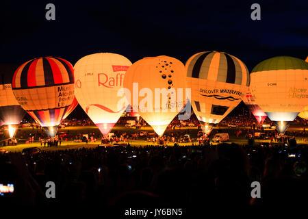 Une vue de la nuit les bougies à la Bristol Balloon Fiesta 2017 à Ashton Cour, Bristol. Banque D'Images