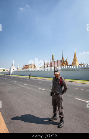 L'extérieur des murs blancs de Wat Phra Kaew et le Grand Palace, Bangkok, Thaïlande Banque D'Images