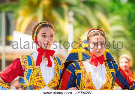 Festival de la Sardaigne, portrait de deux jeunes femmes en costume traditionnel lors de la grande parade de la Banque D'Images