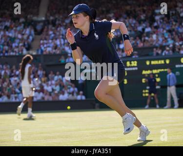 Ball fille courir sur de tennis à Wimbledon 2017, Londres, Angleterre, Royaume-Uni. Banque D'Images