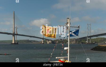 Je vois des drapeaux écossais en face de ponts sur la route emblématique Forth, Ecosse, Royaume-Uni