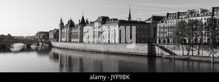 Matin Noir & Blanc vue de la Conciergerie sur l'Ile de la Cité et de la Seine, Paris, 1er arrondissement. France