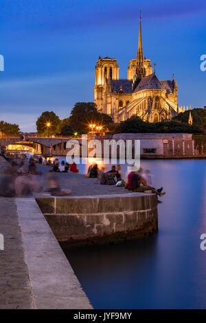 Soirée sur les quais de Seine en été avec vue sur la cathédrale Notre Dame de Paris Banque D'Images