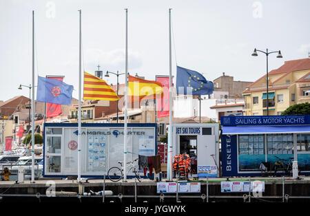 Cambrils, Espagne. Août 19, 2017. Les drapeaux de la municipalité de l'Infant (L-R), la Catalogne, l'Espagne et l'Europe sont en berne dans le port de plaisance de Cambrils, Espagne, le 19 août 2017. Dans la station balnéaire à 100 kilomètres au sud-ouest de Barcelone, les task forces tourné cinq terroristes présumés dans la nuit de jeudi à vendredi. Photo: Matthias Balk/dpa/Alamy Live News Banque D'Images