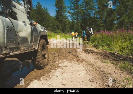 Vieille voiture hors-route russe s'apprête à passer l'obstacle en forme d'une grande flaque de boue sur la route Banque D'Images
