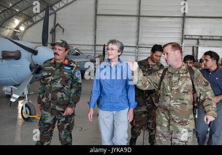 Secrétaire de l'Air Force Heather A. Wilson, centre, à l'écoute de Brig. Le général Phillip A. Stewart, droite, Banque D'Images