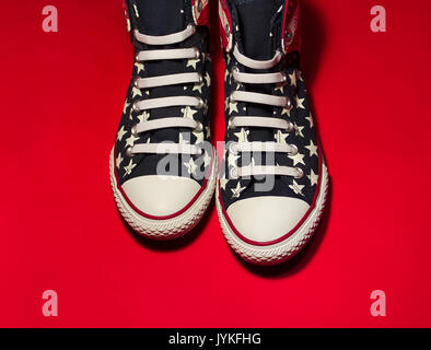 Dnipropetrovsk, Ukraine - Mai 29, 2016: All Star Converse sneakers sur rouge Banque D'Images