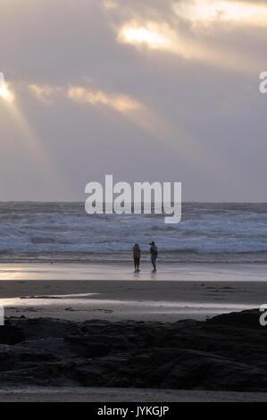 Un couple amoureux sur la plage au coucher du soleil découpé sur le coucher de soleil images de l'atmosphère romantique Banque D'Images