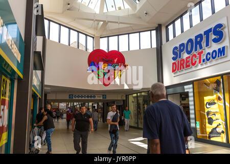 Avis de boutiques dans le centre commercial, Walthamstow - avec lumière néon dans le style de Dieu son propre Junkyard Banque D'Images