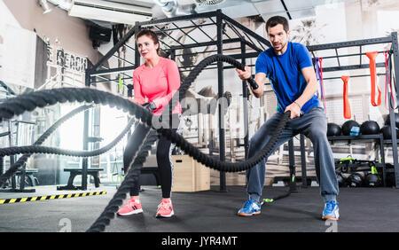 La femme et l'homme dans la formation fonctionnelle de sport avec corde bataille Banque D'Images