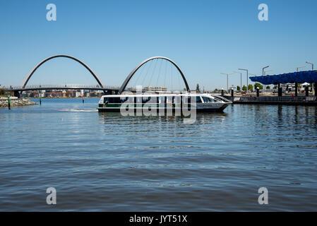 Tranpserth Ferry arrivant à Elizabeth Quay Jetty dans la ville de Perth, Australie occidentale Banque D'Images