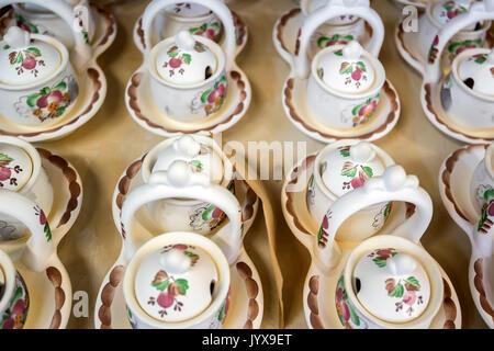 Vaisselle en terre cuite peinte de groupe avant de vitrage