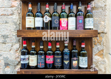 La publicité pour des dégustations de vins en face d'un magasin à Pienza, Toscane, Italie Banque D'Images