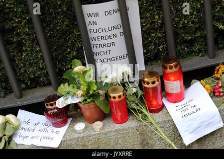 Berlin, Allemagne. Août 21, 2017. Des fleurs, des bougies et des lettres sont disposées en face de l'ambassade d'Espagne à Berlin, Allemagne, 21 août 2017. Le maire de Berlin déjà fait une entrée dans un livre de condoléances pour les victimes des attentats terroristes de Barcelone. Photo: Wolfgang Kumm/dpa/Alamy Live News