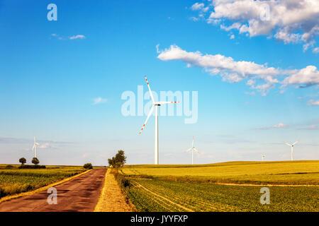 Wind turbine de puissance et route de campagne. Banque D'Images