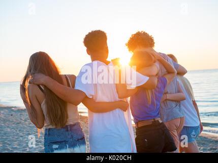 Groupe d'amis heureux de s'amuser à Ocean Beach Banque D'Images