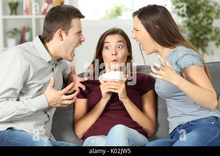 Ami bouleversé au milieu d'un couple à la maison argument