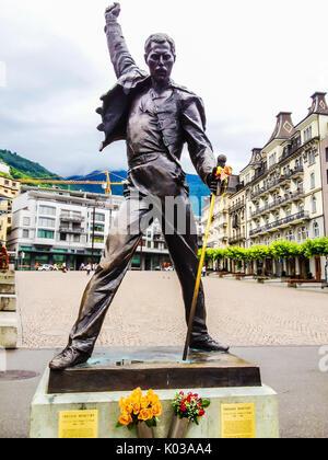 Montreux, Suisse - 26 juin 2012: Freddie Mercury statue en bronze, une chanteuse et le chanteur principal du groupe de rock Queen, à Genève lac, M