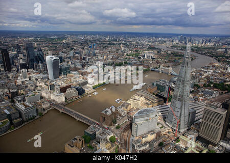 Une vue aérienne de la Tamise depuis le sud avec la ville de Londres et visibles d'échardes Banque D'Images