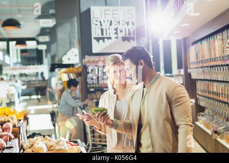 Jeune couple marché des épiceries. Banque D'Images
