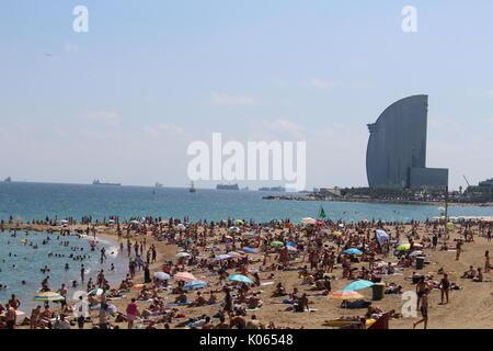 Barcelone, Espagne. Août 21, 2017. La plage de Barceloneta bondé quelques jours après l'attaque terroriste sur les Ramblas de Barcelone/Geromella Crédit: Dino Alamy Live News