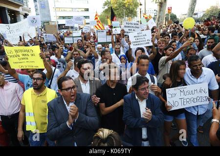 Barcelone, Espagne. Août 21, 2017. Les gens prennent part à une manifestation organisée par l'association des musulmans de Catalogne plusieurs qui ont réuni les principales confessions religieuses de la communauté d'exprimer leur rejet de tout type de terrorisme après les attentats de la Catalogne, à Barcelone, Espagne, le 21 août 2017. L'EFE/Alejandro Garcia Crédit: EFE News Agency/Alamy Live News