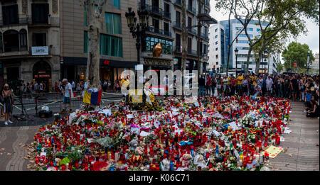 Barcelone, Spain. Août 21, 2017. Les résidents et les touristes rendent hommage aux victimes des attentats de jeudi dernier, le 17 août 2017 le long de la route mortels et fatidique que le van n le long de Las Ramblas de Barcelone, On le quatrième jour depuis les attentats. Credit: Cisco Pelay/Alamy Live News