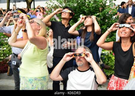 New York, NY, USA, 21 août 2017 new-yorkais don leurs lunettes solaires pour voir l'éclipse solaire à Bryant Park Banque D'Images