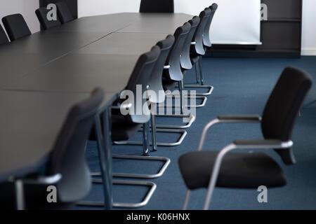 Table de conférence dans une salle de réunion vide Banque D'Images