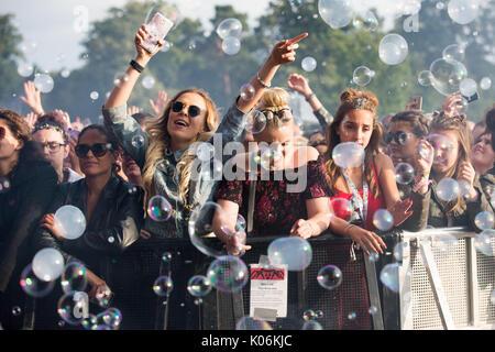 Les fans de musique à Hylands Park, Chelmsford Essex,le dimanche, 20 août à cette ans V Festival. Banque D'Images