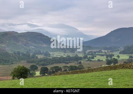 À la SE de Castle Rigg stone circle, avec la vallée de l'Naddle Beck dans l'avant-plan, Haute Rigg, et Helvellyn - enveloppée de nuages - au-delà