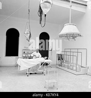 Médecin opérant sur un patient dans la salle d'opération à Brooklyn Navy Yard Hospital, New York City, USA Date: Banque D'Images