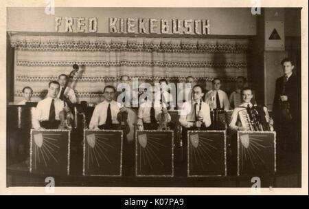 Fred Kiekebusch's band, sur un kiosque à musique, peut-être quelque part en Hollande ou en Allemagne. Date: vers Banque D'Images