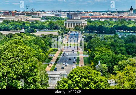 Vue depuis le cimetière d'Arlington vers le Lincoln Memorial à Washington, D.C. Banque D'Images