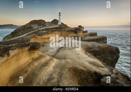 Lever du soleil à l'Delémont phare, Wairarapa, Nouvelle-Zélande. Banque D'Images
