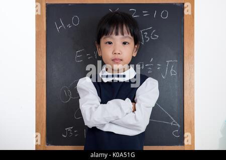 Chinois asiatique little Girl standing in front of blackboard isolé en fond blanc