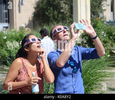 Les résidents locaux se rassemblait au Boulder Boulder County Courthouse pour afficher l'Aur. 21, 2017 éclipse solaire. Banque D'Images