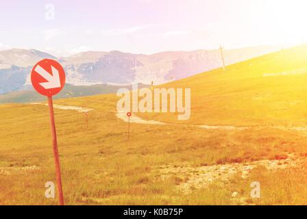 Des sentiers de ski sur les montagnes à Carpatian journée d'automne, panneaux rouges avec des flèches, parc naturel Banque D'Images