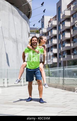 Attractive young couple former dans l'environnement urbain Banque D'Images