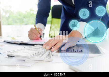 L'homme d'affaires calculer comptable ou banquier de faire des calculs. L'épargne, finances et de l'économie du Banque D'Images