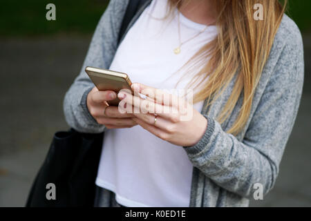 Young woman using smartphone Banque D'Images