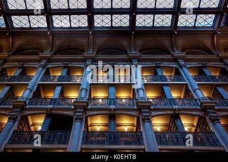 Une photo en petit angle des niveaux de la bibliothèque George Peabody, une bibliothèque de recherche pour l'Université Banque D'Images