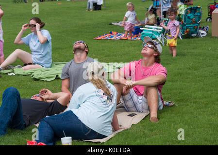 Memphis, Tennessee, USA. 21 Aug 2017. Partiellement nuageux avec pluie d'arrosage. Formes foule de jeunes aux vieux Banque D'Images