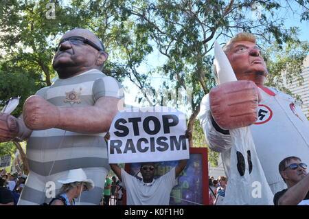 Les manifestants participer à une manifestation aux portes du centre de conventions de Phoenix à Phoenix, Arizona, Banque D'Images